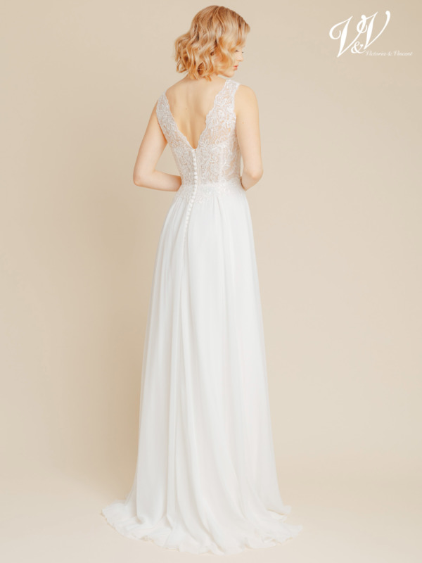 Sifonki hääpuku, jossa V-Chiffon bridal gown with a V-neckline and a V-back. Well supported yet affordable premium quality wedding dress. Hääpuvun väri kuvassa on ivory / nude, mutta se on saatavilla myös kokonaan ivory värisenä.